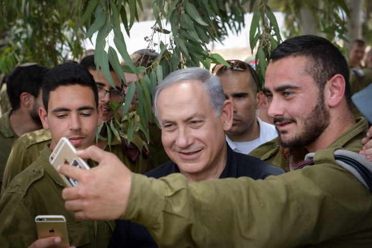 Prime Minister Benjamin Netanyahu meets with Israeli soldiers as he tours the southern Israeli border with Gaza on May 3, 2016. (Amos Ben Gershom/GPO)