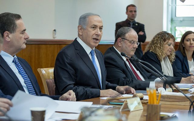 Prime Minister Benjamin Netanyahu leads the weekly cabinet meeting at the Prime Minister's Office in Jerusalem on May 8, 2016. (Emil Salman/POOL)