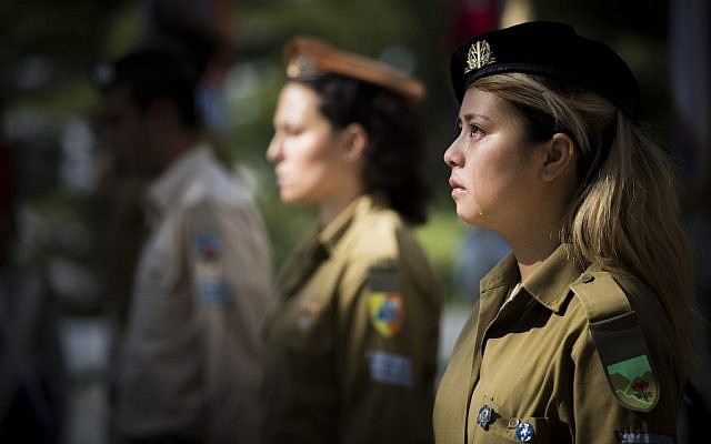 Israeli soldiers stand at attention during a flag laying ceremony in Mount Herzl Military Cemetery in Jerusalem, on April 8, 2016. (Yonatan Sindel/Flash90)