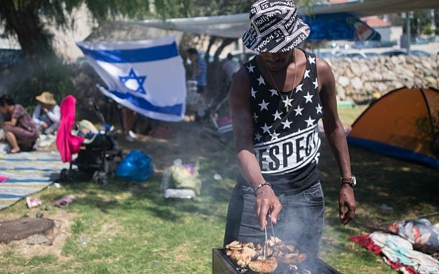 Israelis barbecue during Israel's 68th Independence Day celebrations in Jerusalem, May 12, 2016. Photo by Yonatan Sindel/Flash90)