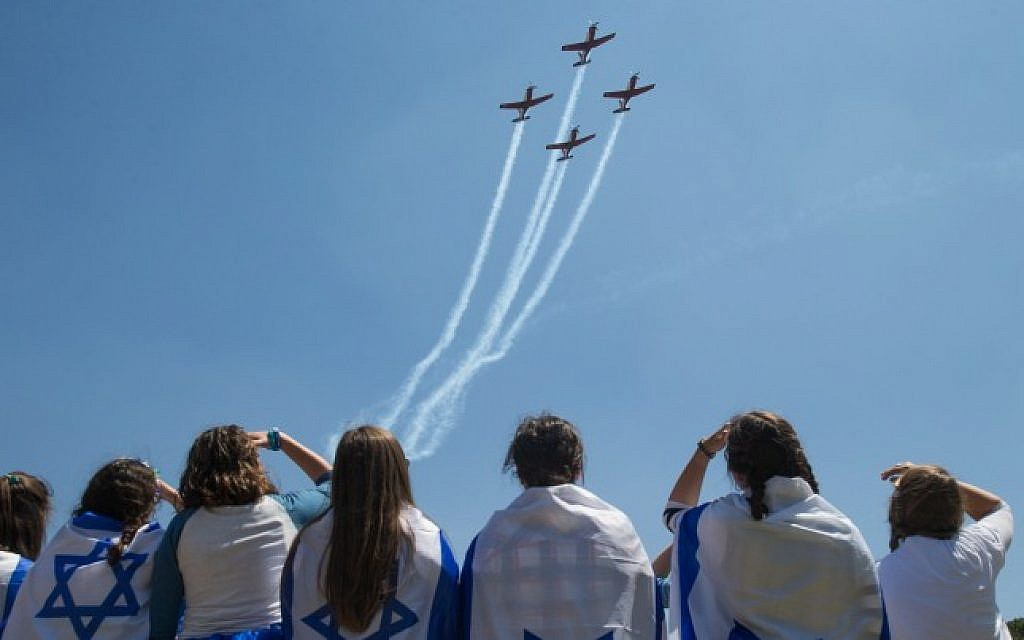 People watch the military airshow on Israel's 68th Independence Day in Jerusalem, May 12, 2016. (Yonatan Sindel/Flash90)