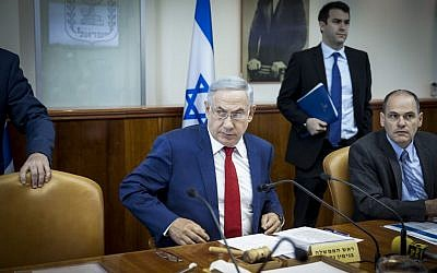 Israeli Prime Minister Benjamin Netanyahu leads the weekly cabinet meeting on May 15, 2016. (Emil Salman/POOL)