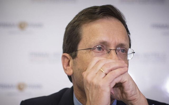Leader of opposition Isaac Herzog holds a press conference in Jeursalem, on May 18, 2016. (Yonatan Sindel/Flash90)