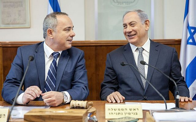 Prime Minister Benjamin Netanyahu (right) and Energy Minister Yuval Steinitz at the weekly cabinet meeting in Jerusalem, May 22, 2016. (Emil Salman/Pool)
