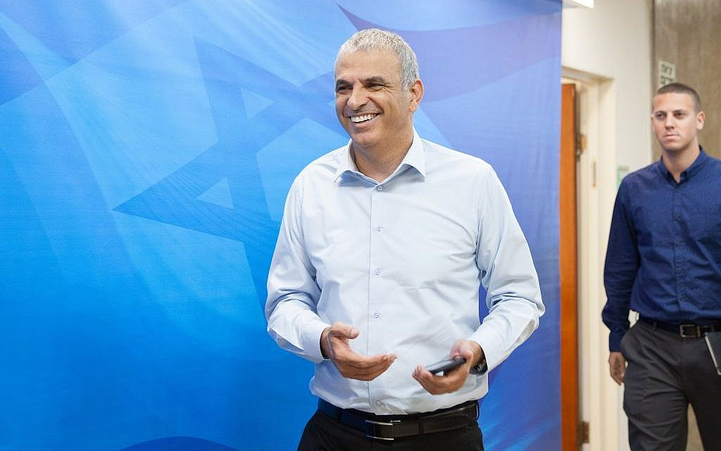 Finance Minister Moshe Kahlon arrives at the weekly cabinet meeting at the Prime Minister Office in Jerusalem on Sunday, May 22, 2016 (Emil Salman/POOL)