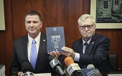 State Comptroller Yosef Shapira (R) hands the latest State Comptroller's report to Knesset Speaker Yuli Edelstein on May 24, 2016. (Issac Harari/Flash90)