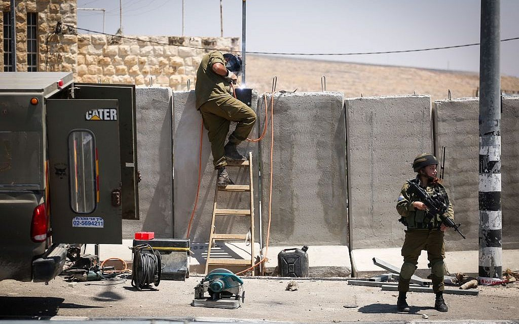 Israeli soldiers build a barrier by the West Bank town of Hizma, outside of Jerusalem on May 25, 2016. (Photo by Hadas Parush/FLASH90)
