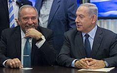 Prime Minister Benjamin Netanyahu (right) and Yisrael Beytenu leader Avigdor Liberman announce a coalition agreement, May 25, 2016 (Yonatan Sindel/FLASH90)