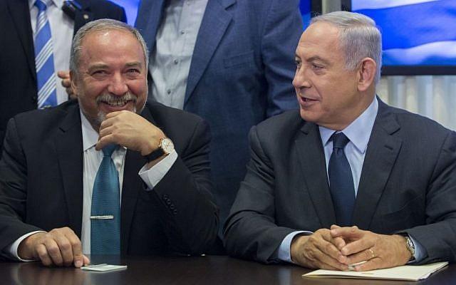 Prime Minister Benjamin Netanyahu (right) and Yisrael Beytenu leader Avigdor Liberman announce a coalition agreement, May 25, 2016 (Yonatan Sindel/FLASH90)