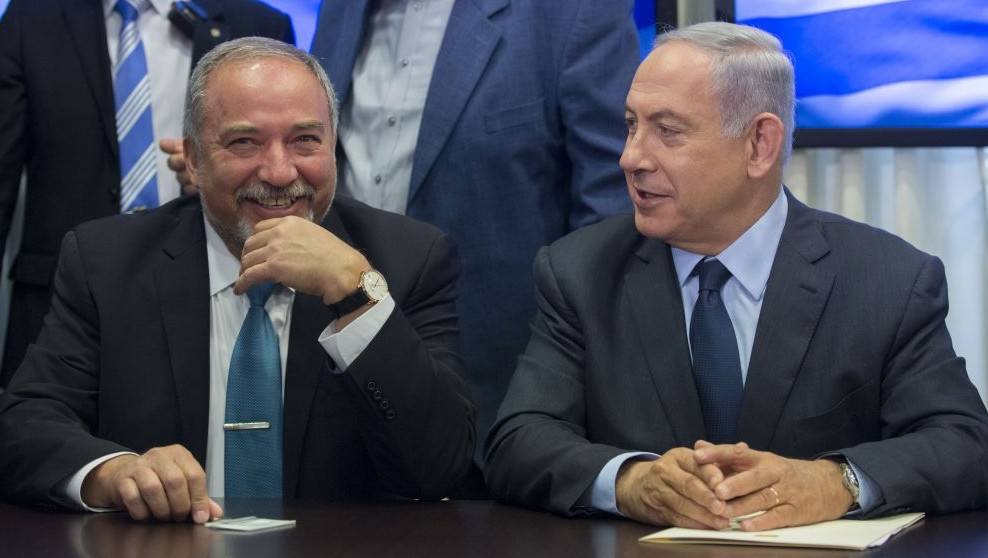 Prime Minister Benjamin Netanyahu and Yisrael Beytenu leader Avigdor Liberman announce their coalition agreement, May 25, 2016 (Yonatan Sindel/FLASH90)