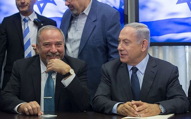 Benjamin Netanyahu, right, and Avigdor Liberman, left, sign a coalition agreement in the Knesset on May 25, 2016. (Yonatan Sindel/FLASH90)