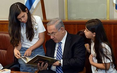 Children from the IDF Widows and Orphans Organization meet with Prime Minister Benjamin Netanyahu ahead of Israels Memorial Day in his office on May 9, 2016. (Haim Tzach/GPO)