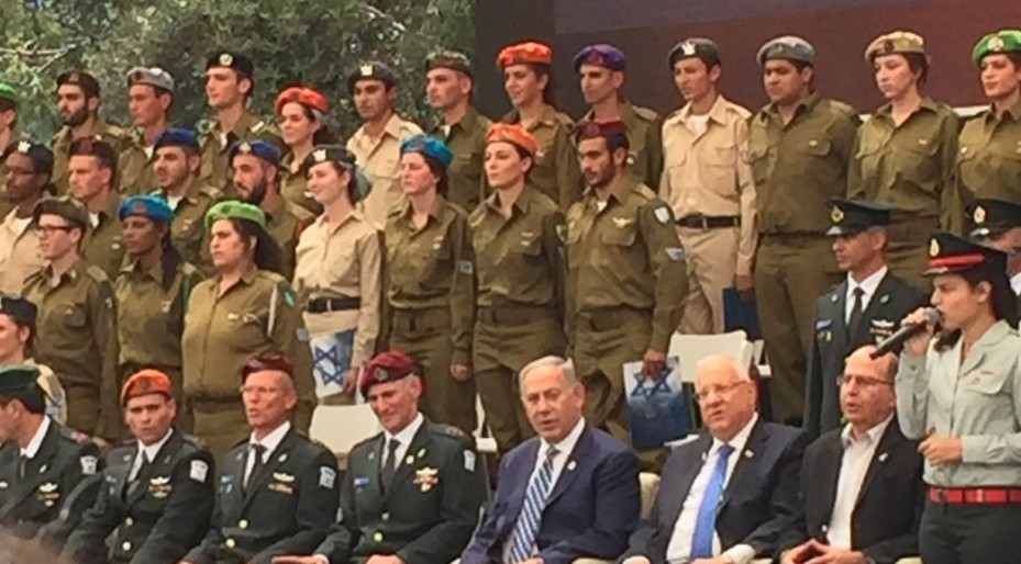 Prime Minister Benjamin Netanyahu, President Reuven Rivlin, Defense Minister Moshe Ya'alon, and top IDF generals, with 120 distinguished soldiers at an Independence Day ceremony at the President's Residence, May 12, 2016 (ToI staff)