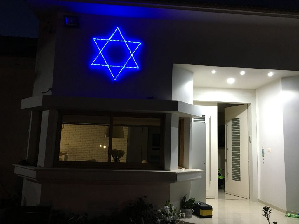 Yuval Iluz's glowing blue star outside his Moshav Arugot home, in honor of Israel's 69th Independence Day (Courtesy Yuval Iluz)