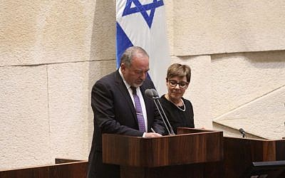 Avigdor Liberman being sworn in as defense minister after the Knesset approved his appointment, May 30, 2016. (Knesset Spokesman's department)