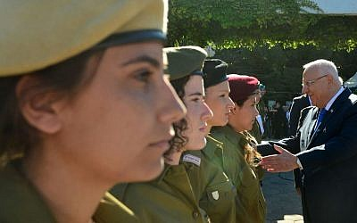 President Reuven Rivlin meets the IDF soldiers awarded for their service on Independence Day, May 12, 2016 (President spokesman's office)