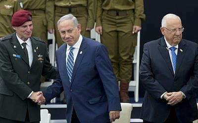 Prime Minister Benjamin Netanyahu, center, shaking hands with IDF Deputy Chief of Staff Maj. Gen. Yair Golan, alongside President Reuven Rivlin, at an Israeli Independence Day ceremony for outstanding soldiers in Jerusalem, May 12, 2016. (Yonatan Sindel/Flash90)