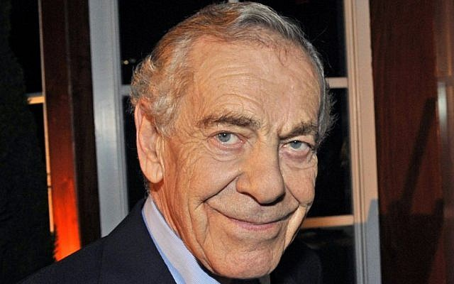 "This Oct. 6, 2008 photo released by CBS shows ""60 Minutes"" correspondent Morley Safer during the program's 40th anniversary celebration in New York.  (John Paul Filo/CBS via AP)"