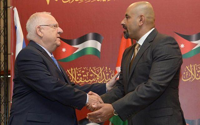 President Reuven Rivlin (L) shakes hands with Jordanian Ambassador Walid Obeidat on May 26, 2016 (Mark Neiman/GPO)