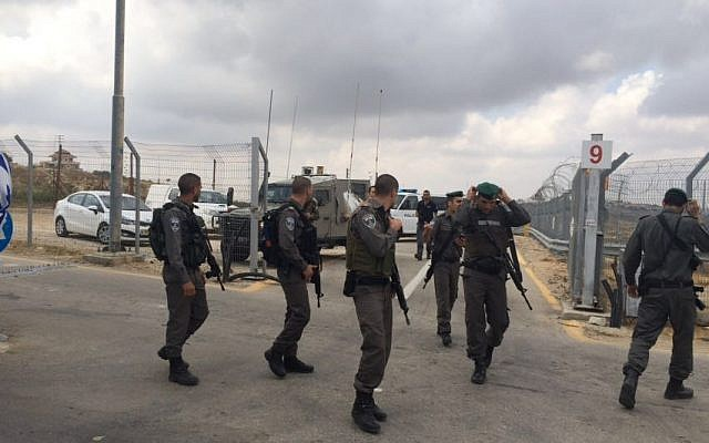 Border troops at the Ras Bidu checkpoint after an attempted stabbing, on May 23, 2016. (courtesy: Police spokesman)