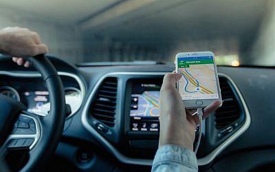 A driver uses a GPS-based app to navigate (Pixabay)