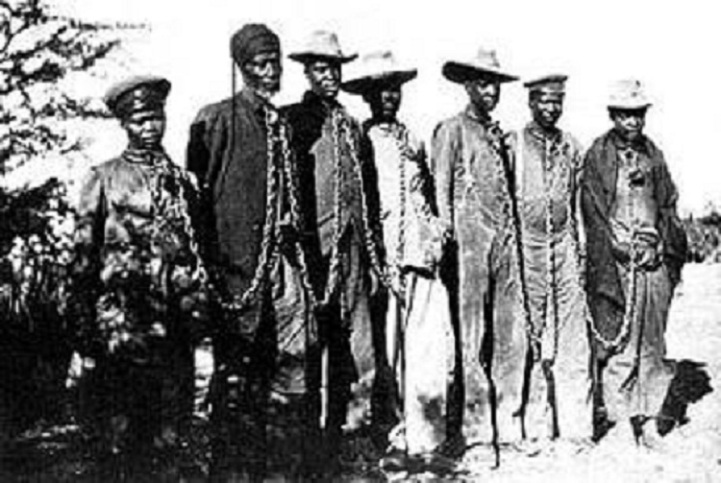 Herero chained during the 1904 rebellion (Ullstein Bilderdienst, Berlin / Wikipedia)