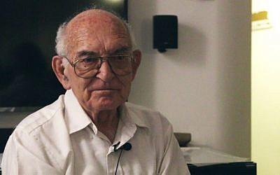 Holocaust survivor Jerry Aviram speaks at a Zikaron BaSalon event in Tel Aviv, May 4, 2016. (Luke Tress/Times of Israel)