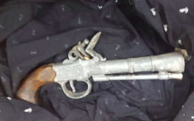 A vintage blunderbuss seized by IDF troops in Hebron on May 18, 2016. (IDF Spokesperson's Unit)
