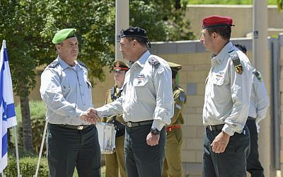 Incoming head of the IDF Gaza Division Yehuda Fuchs (left) shakes hands with Southern Command chief Eyal Zamir (center) during a ceremony marking the exit of Brig. Gen. Itay Virov (right), from the position, at the division's base near the Gaza border, May 19, 2016. (IDF Spokesperson's Unit)