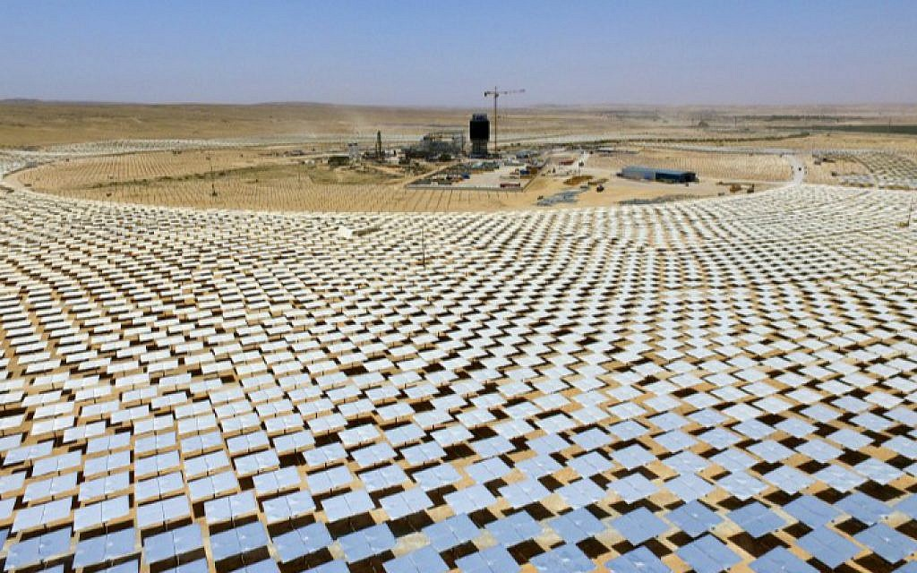 A picture taken on May 26, 2016 shows some of the 55,000 mirrors directing sunlight toward the Ashalim solar tower, which is under construction near the southern Israeli kibbutz of Ashalim in the Negev desert. (Jack Guez/AFP)