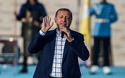Turkish President Recep Tayyip Erdogan speaks during a rally to mark the 563rd anniversary of the conquest of Istanbul by Ottoman Turks, Istanbul, May 29, 2016. (AFP/Ozan Kose)