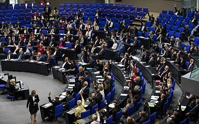 Lawmakers vote to recognize the Armenian genocide after a debate during the 173rd sitting of the Bundestag, the German lower house of parliament, Berlin, June 2, 2016. (AFP/ODD ANDERSEN)