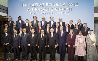 French President Francois Hollande (C), United Nations Secretary General Ban Ki-moon (C-L), French Foreign Minister Jean-Marc Ayrault (C-R), US Secretary of State John Kerry (4th R), European Union High Representative for Foreign Affairs, Federica Mogherini (3rd R) and officials pose for a group photo at an international meeting in a bid to revive the Israeli-Palestinian peace process in Paris, on June 3, 2016. (AFP Photo/Pool/Kamil Zihnioglu)