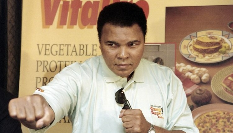 This file photo taken on October 21, 1996 shows Boxing great Muhammad Ali throwing a punch towards photographers during a press conference in Jakarta. (AFP PHOTO / JOHN MACDOUGALL)