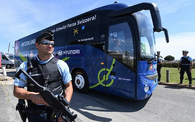 A policeman stands guard as Switzerland's national soccer team leaves Montpellier's airport by bus, on June 6, 2016.  (AFP/PASCAL GUYOT)