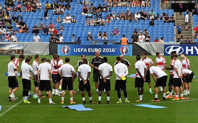 Switzerland's players during a training session at the Mosson Stadium in Montpellier, southern France, on June 6, 2016, ahead of the Euro 2016 football tournament. (AFP Photo/Pascal Guyot)