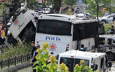 Police officers and rescuers inspect the site of a bomb attack that targeted a police bus in the Vezneciler district of Istanbul on June 7, 2016. (AFP/DOGAN NEWS AGENCY/ STRINGER)