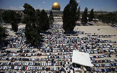 Palestinians pray in front of the Dome of the Rock on Jerusalem's Temple Mount during the first Friday noon prayers of the holy Muslim fasting month of Ramadan on June 10, 2016. (AFP Photo/Ahmad Gharabli)