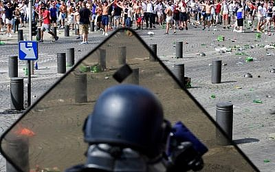 England soccer fans clash with police as England fans gather in the city of Marseille, southern France, on June 11, 2016, ahead of the Euro 2016 football match between England and Russia. (AFP PHOTO / LEON NEAL)