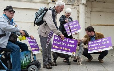 UK Independence Party supporters await the arrival of leader Nigel Farage as he goes on the campaign trail for Brexit in Ramsgate on June 13, 2016. (AFP Phtoto/Chris J. Ratcliffe)