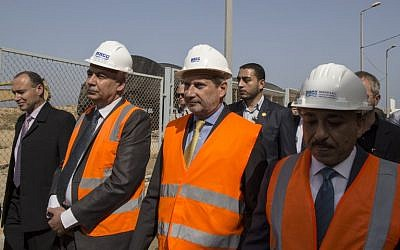 Commissioner for European Neighbourhood Policy & Enlargement Negotiations Johannes Hahn (C) visits the EU-funded seawater desalination plant in the Gaza Strip's central city of Deir al-Balah on June 14, 2016 (AFP PHOTO / MAHMUD HAMS)