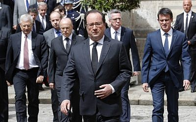 French President Francois Hollande (front C) followed by (from L to R) French National Assembly speaker Claude Bartolone, French Interior Minister Bernard Cazeneuve, German Interior Minister Thomas de Maiziere and Prime Minister Manuel Valls, arrives at the Ministry of Interior in Paris on June 15, 2016 for a ceremony to pay a tribute to a French policeman and his partner, who were killed on June 13 by a man claiming allegiance to the Islamic State group / AFP PHOTO / POOL / PHILIPPE WOJAZER