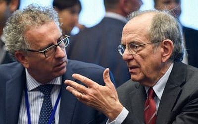 Italian Minister of Economy and Finance Pier Carlo Padoan (right) speaks with Luxembourg's Finance Minister Pierre Gramegna during an Eurogroup meeting in Luxembourg, June 16, 2016. (AFP/JOHN THYS)