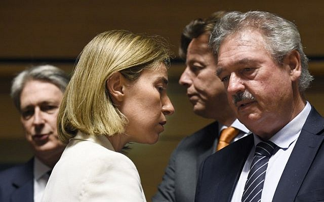High Representative of the Union for Foreign Affairs and Security Policy / Vice-President of the Commission Federica Mogherini  (L) talks with Luxemburger Foreign minister Jean Asselborn (R) in front of British Foreign Secretary Philip Hammond (L) and Dutch Foreign minister Bert Koenders (R) during a monthly Foreign Affairs meeting in Luxembourg on June 20, 2016 (AFP PHOTO / JOHN THYS)