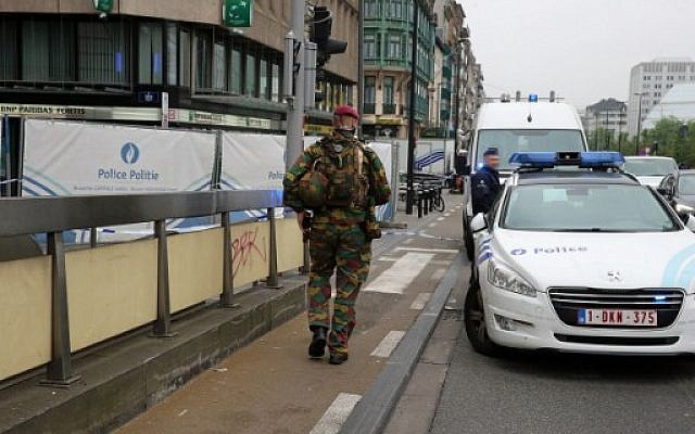 Police and military personnel pictured patrol on the scene of a bomb alert in the City2 shopping mall in the Rue Neuve in the center of Brussels on June 21,  2016. (AFP PHOTO / BELGA / NICOLAS MAETERLINCK)