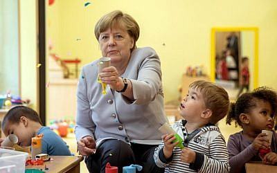 German Chancellor Angela Merkel visits a kindergarten on June 21, 2016 in Berlin (AFP PHOTO / POOL / Michael Kappeler)
