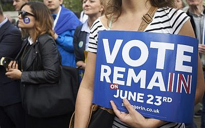 Pro-EU supporters hold placards and banners during a 'Yes to Europe' rally in London's Trafalgar square, ahead of Thursday's EU referendum, in central London on June 21, 2016. (AFP PHOTO / Niklas HALLE'N)