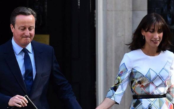British Prime Minister David Cameron (L) accompanied by his wife Samantha arrives to speak to the press in front of 10 Downing street in central London on June 24, 2016.(AFP PHOTO / BEN STANSALL)