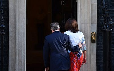 British Prime Minister David Cameron and his wife, Samantha, walk back into 10 Downing Street after he spoke to the press in central London on June 24, 2016. (AFP/Ben Stansall)
