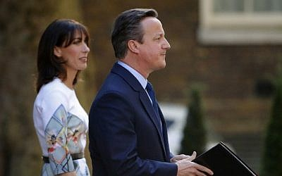 British Prime Minister David Cameron (R) flanked by his wife Samantha speaks to the press in front of 10 Downing street in central London on June 24, 2016. (AFP PHOTO / Odd ANDERSEN)